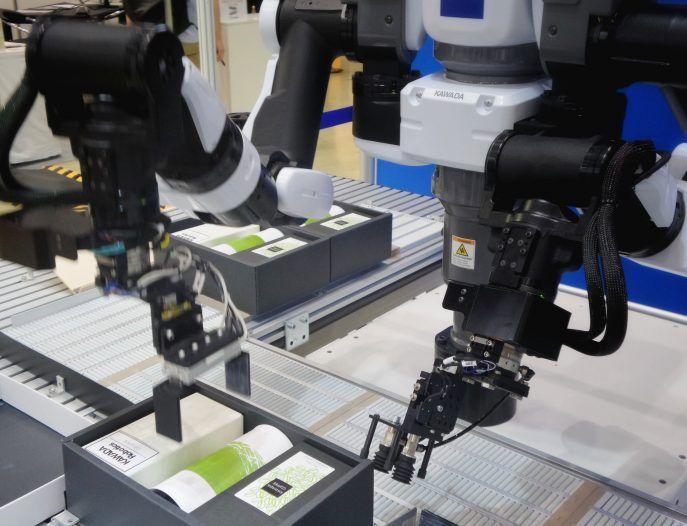 Los brazos de los robots que trabajan en una fábrica
